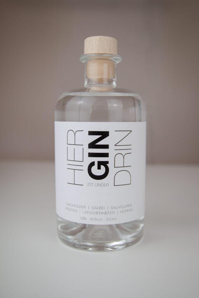 """Gin Flasche von Steinweg Claus Architekten """"Hier ist unser Gin drin"""" zum 10 Jährigen Jubiläum"""