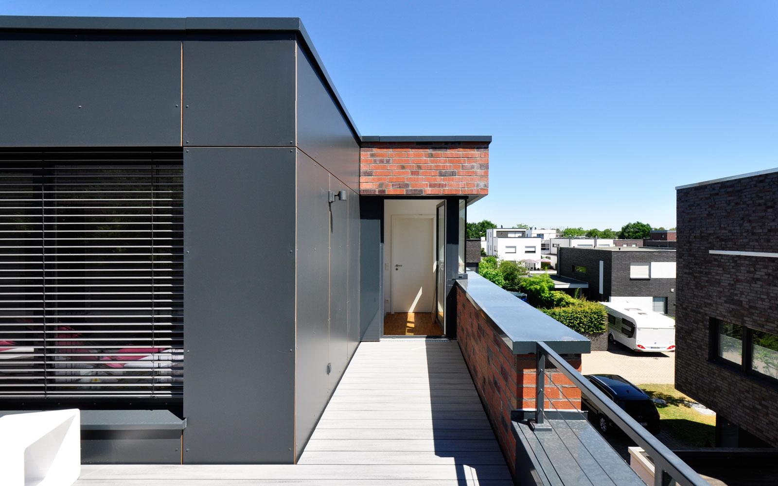 Alt trifft neu Aufstockung Flachdach Fassadentafeln anthrazit